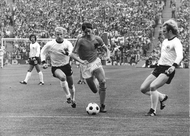 פוגטס (משמאל) במרדף אחרי יוהאן קרויף במשחק הגמר בגביע העולם ב-1974