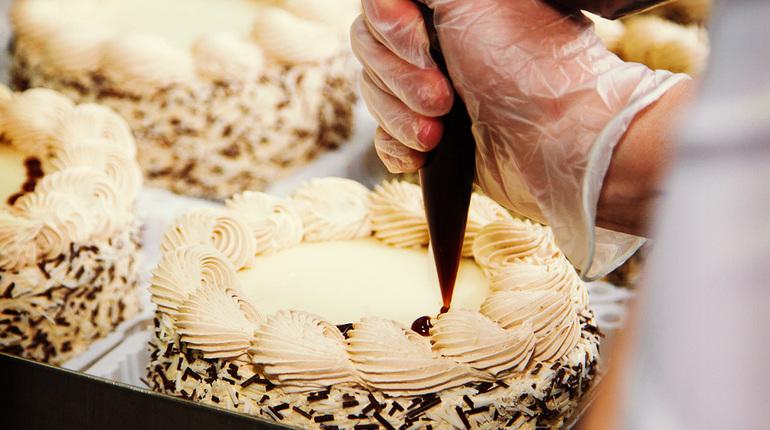 למדו את יסודות הזילוף בקרם וקישוט העוגות