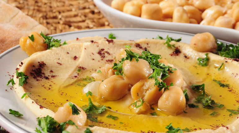 Mashed chickpeas with olive oil and pita bread on the side