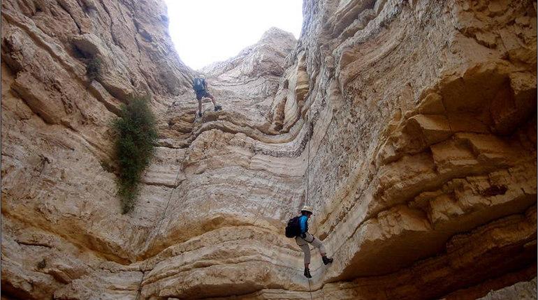 אדרנלין בטיול סנפלינג אל מערת נזירים עתיקה ונסתרת